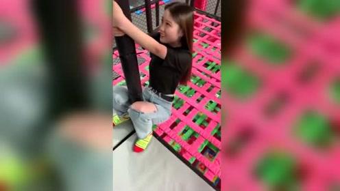 美女一直抱着杆子大叫,这姿势也是绝了,感觉立马就能跳钢管舞!