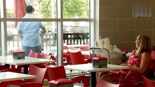 国外恶搞:奇葩男子餐厅外展现身材,美女被逗得哈哈直笑