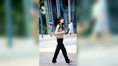 小姐姐穿豹纹逛街,也太可爱了吧