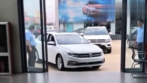 看完这视频后,我有点怀疑4S店员工,到底需要驾照吗?