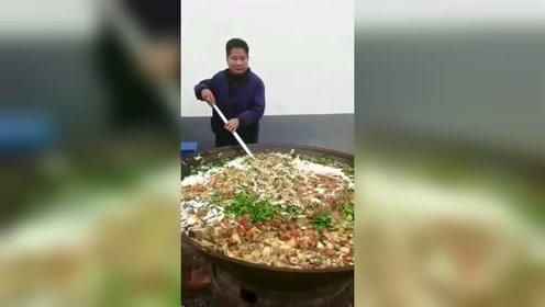 我们村的大锅饭,满满的快要溢出来,这可比饭店实在多了