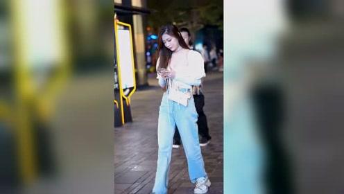 街拍穿搭:三里屯美女多,今天分享一位牛仔裤小姐姐!