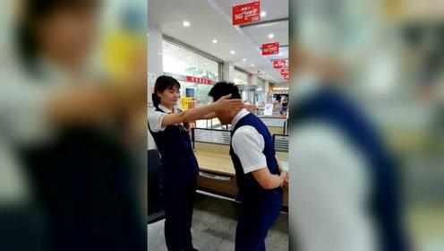 两个店员玩小游戏,老哥正起劲的时候,美女竟然这样套路他!