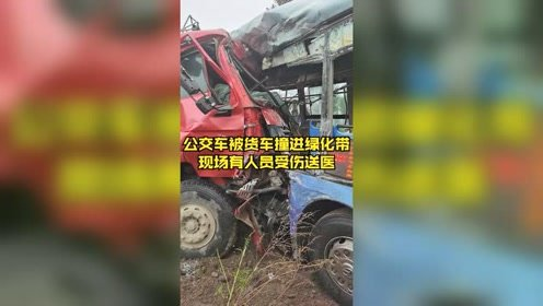 牡丹江一辆公交车被货车拦腰撞进绿化带,现场有人员受伤送医