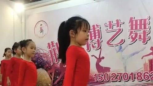 少儿拉丁舞的排练现场,小美女的表情才是亮点,真是让人太惊喜了!