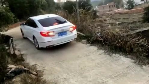 广西男子拍视频把车给刮了,网友:让你再炫耀!