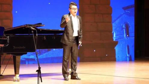 音乐系的这位教师,演唱高音的时候很有帕瓦罗蒂的范,现场感受下