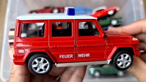 观察汽车玩具内外部细节