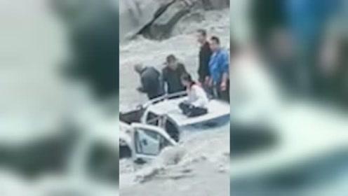 一辆皮卡车疑似速度过快冲进金汤河,5人被困车顶,救援场面惊险