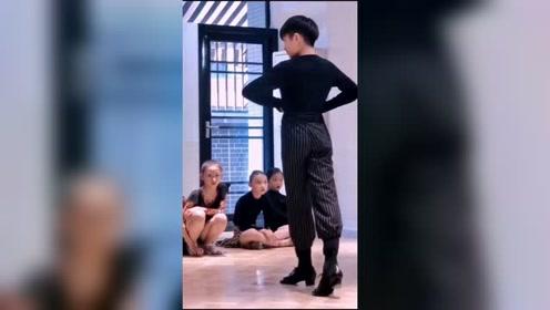 还记得那个提裤子的小崇墨吗,还记得那个默默努力的小茉晗吗,现在都已经从小墨茉变成大墨茉咯#王崇墨李茉晗#  #拉丁舞#