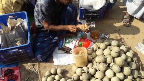 印度街头的重口味水果,倒入调料用木棍搅一搅,敲开后直呼开挂!