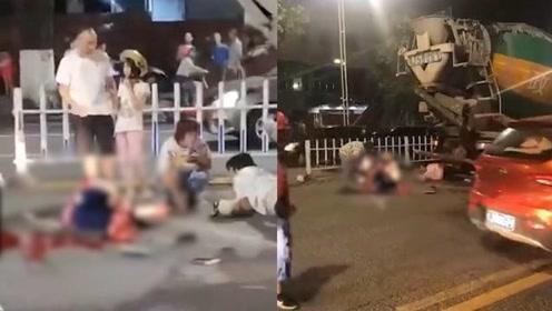 广东一摩托与搅拌车相撞,一人双腿被压断血流一地,现场惨不忍睹