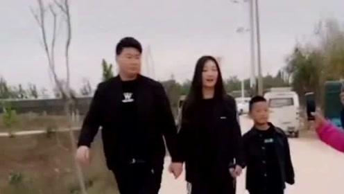 朱单伟和媳妇周亚男,在朱楼村旅游区游玩,旁边还领着自己的弟弟!