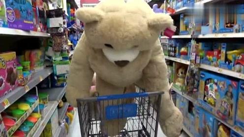 恶搞:玩具熊活过来了,顾客差点被吓的心脏跳