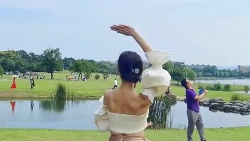 国庆带老婆出来游玩,她非要表演一段舞蹈,感觉她真是在家里憋坏了!