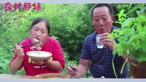 胖妹做一锅酸辣鸭肉汤,公公直言把牙搞酸了,一盆胖妹自己喝过瘾啦