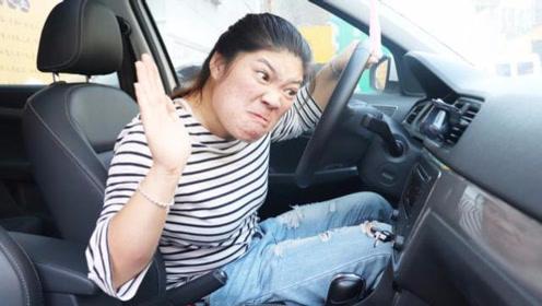 美女找光棍借车,谁知刚上车就和导航吵了起来,对话太搞笑了