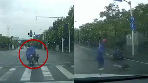 孩子意外跌落电瓶车后车司机狂按喇叭护送家长竟一脚踹倒孩子