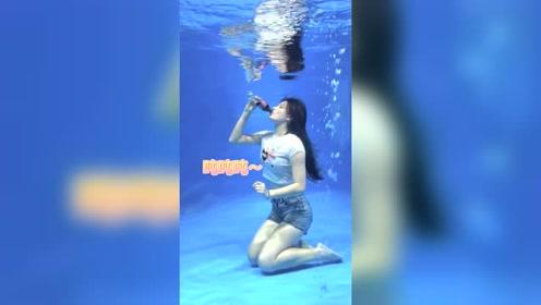 """美女挑战水下喝可乐,这样的水下""""吨吨吨""""真刺激!"""