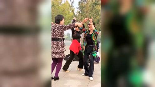 跳广场舞的大爷大妈,为什么会动感情!看到这个视频就明白了