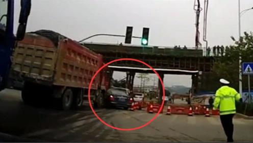 别车遇上大货车,要不是视频,都不知司机有多绝望