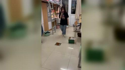 宿舍条件有限,室友竟然这样拍视频!