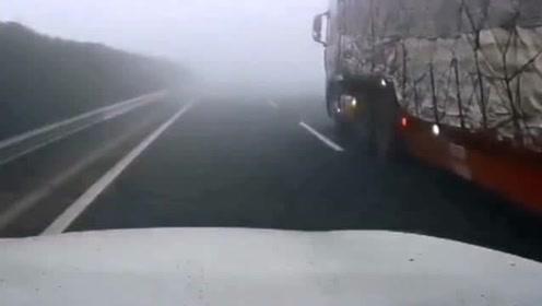 给你们看个视频,你们就知道大雾天行车有多可怕了,前面的车真是突然出现的