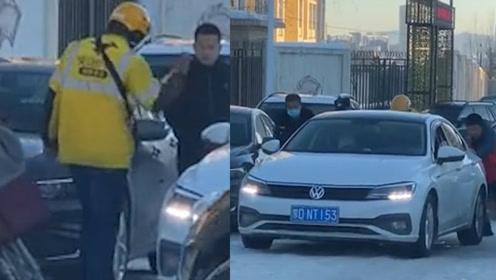 内蒙路面结冰 妈妈送娃上学多次溜车 一道黄色身影出现动作暖心