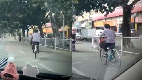 泉州大妈骑自行车骑出飞一般的感觉,网友:儿子带女朋友回来了?