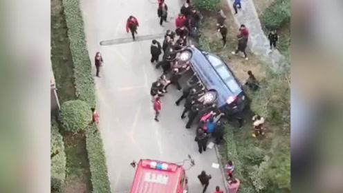 西安一小区天然气爆炸消防通道被堵 群众掀翻占道车给消防车让路