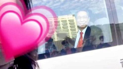 追星现场!学生车窗外举手机自拍合影,钟南山隔窗微笑挥手致意