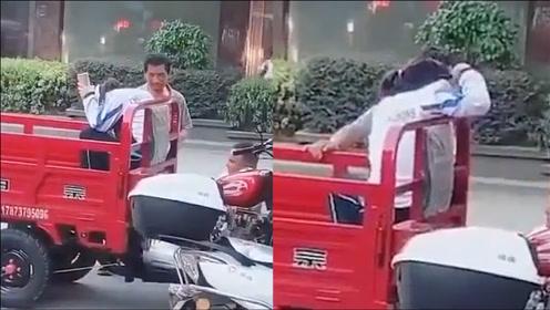 父亲骑三轮车接女儿放学,女儿的举动让网友感慨:这样做伤害的只会是两个人