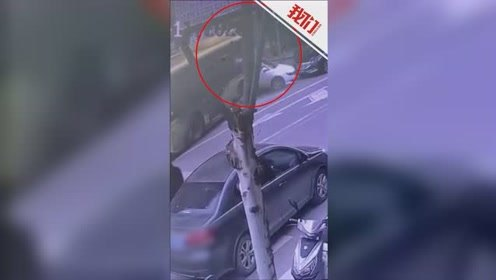 视频拍下一公交车失控撞向商铺:一路连撞多车 幸无人员伤亡