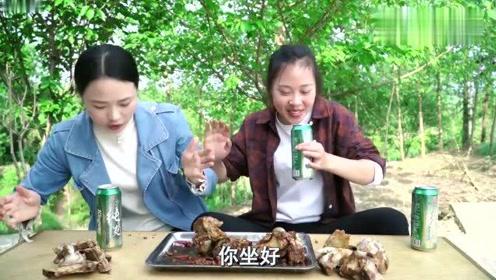 秋妹和姐姐做酱大骨,酱味十足,双手抱着大口吃肉大口喝酒,过瘾