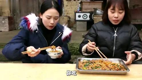 秋妹和姐姐做新疆爆辣炒米粉,红红的辣酱看着就流口水,吃得过瘾