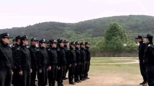 影视:警校美女踢正步太搞笑,教官怒了当场纠
