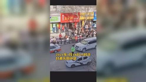 甘肃庆阳环县一出租车司机冲撞运管工作人员,致一死一伤!