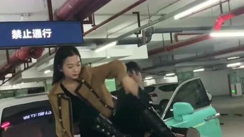 镜头前的网红,为了拍视频居然把豪车上小金人踹下去了,但愿豪车不是租来的