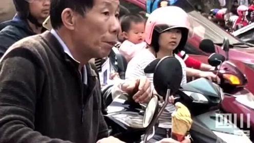 广东信宜网友分享视频:爷爷手接孙子放学一个细节充满宠溺!