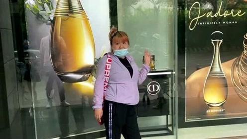 郭老师游玩重庆,结果被我偶遇到在奢侈品店外