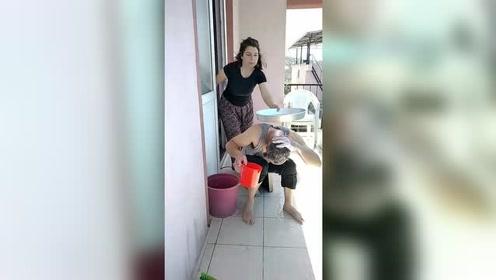 外国女子恶搞洗头的丈夫