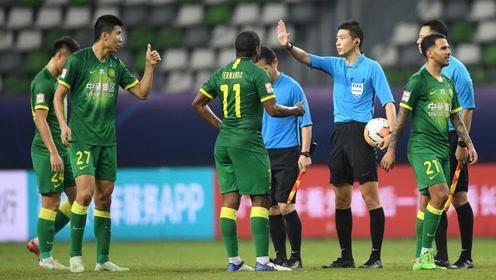 遭遇争议判罚!国安球员王刚赛后向主裁判张雷怒点世林赞
