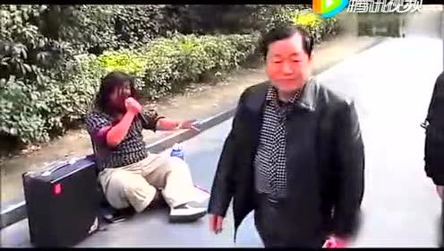 路边拍下一乞丐 路人看醉了