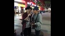 当流浪歌手街头唱林俊杰歌曲时巧遇林俊杰路过听到 场面太温暖