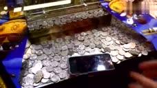 大神在游戏厅玩推币机,想赢iphone7能成功吗?