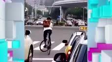 厉害了我的哥,男子骑死飞自行车在机动车道上