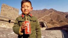 1979年小男孩在长城上喝可乐,引网友热议,勾起过去无数的回忆!