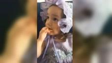 小宝贝在吃饼干呢,特别的可爱