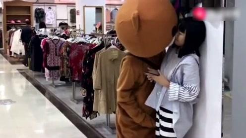 网红熊商场撩妹,没想到接连遭到重创,太搞笑