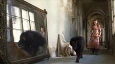 女孩发现自己的小狗经过镜子,就会变成大狮子,下一秒意外发生!